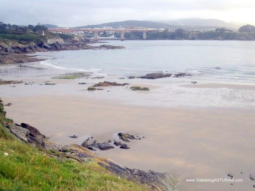 Playa de Arnao, en Castropol: Vistas con Ria Eo al fondo