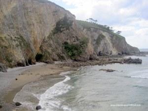 Playa de Cueva en Valdés: Acantilados y zonas rocosas zona occidental