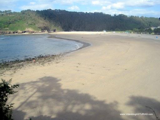 Playa de Cueva en Valdés: Amplio arenal en bajamar