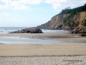 Playa de Cueva en Valdés: Zona oriental con desembocadura Esva y Canero