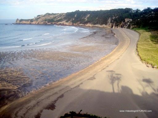 Playa de Barayo en Valdés: Vista lateral