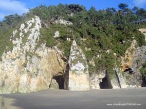 Playa de Barayo en Valdés: Cuevas Las Santinas