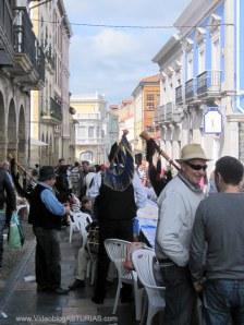 Comida en la calle 2012 en Avilés: Galiana con gaiteros improvisados