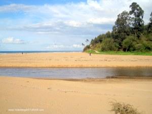 Playa de La Griega: Playa y rio Libardón