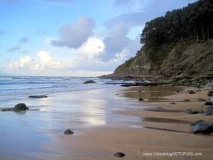 Playa de la Griega en Colunga: Zona oriental con huellas jurásicas