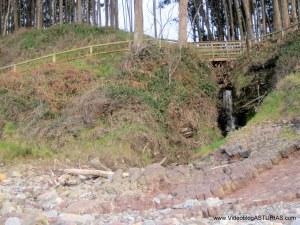 Playa de La Griega: Puente sobre senda a restos jurásicos