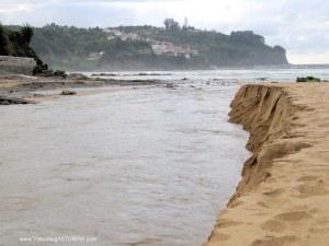 Playa de La Griega: Erosión del rio sobre la arena, en época lluviosa