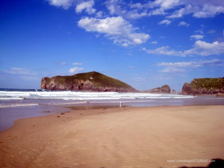 Vistas desde orilla de playa Portiellu y La Isla de Poo