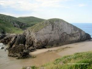 Corte vertical y Playa de La Isla de Poo, en Llanes