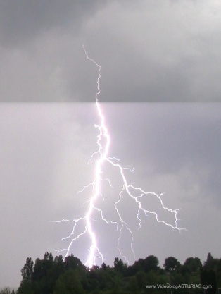 Tormenta electrica Oviedo: Rayo nube a tierra