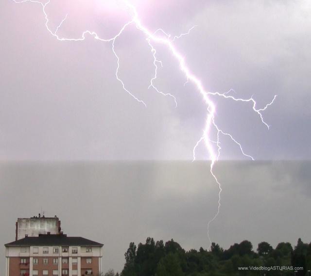 Tormenta electrica Oviedo: Rayo en Avenida del Mar