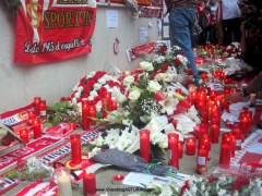 Homenaje a Preciado de aficion Sporting: Flores,velas, bufandas, Banderas