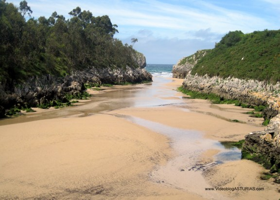 Playa de Guadamía: Alargado arenal en bajamar