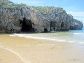 Playa de Cuevas de Mar, en Llanes: Cuevas laterales