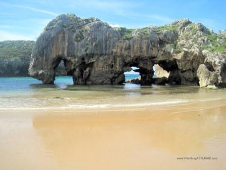 Playa de Cuevas de Mar, en Llanes: Cuevas y agua azul turquesa