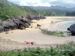 Playa de Cuevas de Mar, en Llanes: Pequeña cala en pleamar