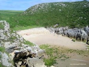 Playa de Cuevas de Mar, en Llanes: Cala margen derecho