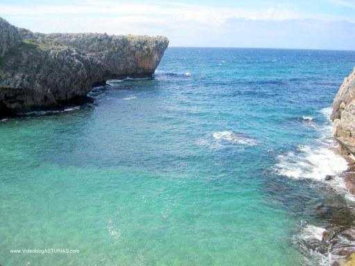 Playa de Cuevas de Mar, en Llanes: Acantilados