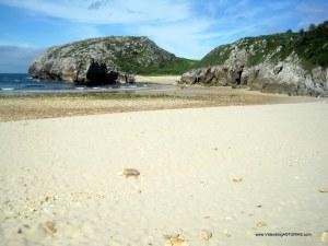 Playa de Cuevas de Mar, en Llanes: Arena blanca