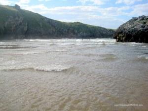 Playa de Poo, en Llanes: Oleaje en bajamar