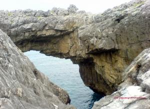 Playa del Cobijero o Acacias en Llanes: Conductos conexion con mar