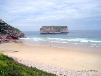 Playa de Andrín, en Llanes: Margen izquierdo e islote Ballota