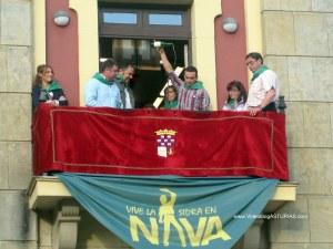 Festival Sidra Nava 2012: Escanciando en balcon Ayuntamiento
