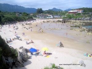 Playa de Toro en Llanes: Arena seca y rocas