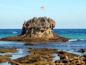 Playa de Toro en Llanes: Peña central con bandera España