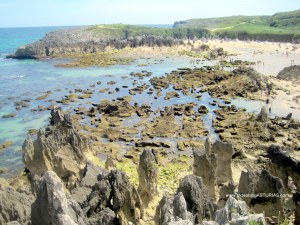 Playa de Toro en Llanes: Rocas en la orilla