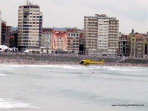 Exhibicion aerea Gijon 2012: Helicoptero bomberos cogiendo agua