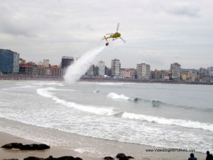 Exhibicion aerea Gijon 2012: Helicoptero bomberos apagando fuegos