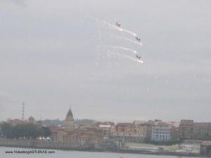 Exhibicion aerea Gijon 2012: Pionner Team efectos pirotécnicos