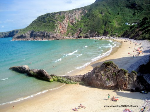 Playa de Ballota en Llanes: Zona nudista y resto playa