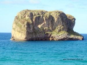Playa de Ballota en Llanes: islote Ballota