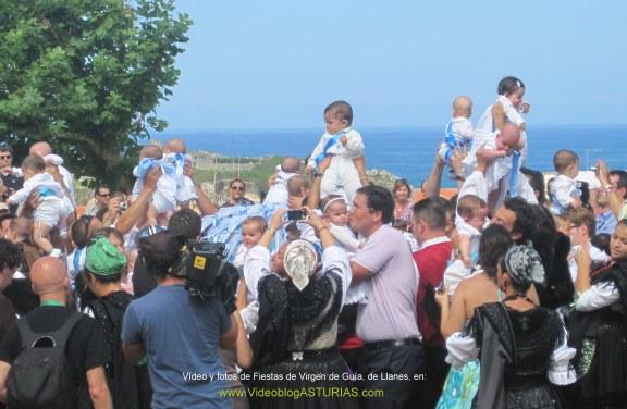 Fiestas de Virgen de Guia, en Llanes: Bebes consagrados a Virgen Guia